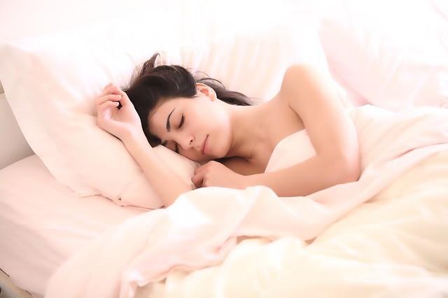 Спать без одежды полезно.