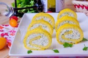 Рулет омлетный с плавленным сыром.