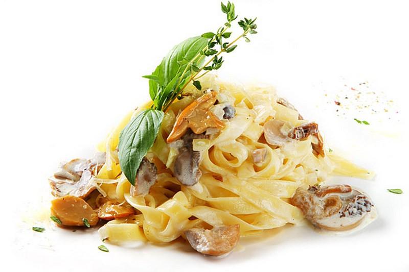 Паста тальятелле с соусом из курицы и грибов.