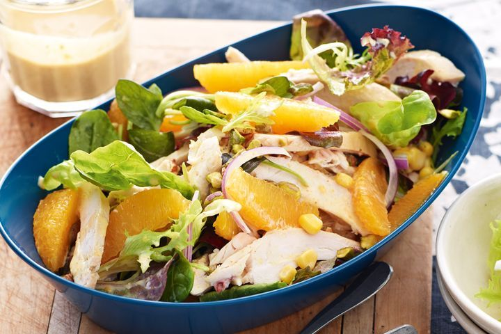 Салат с курицей и апельсинами.