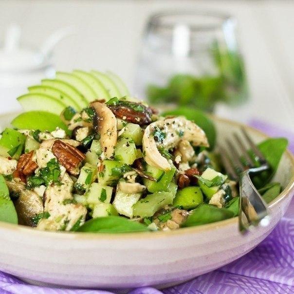 Салат с курицей, зеленым яблоком и фетой.