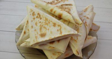 Треугольники из лаваша с творожным сыром и зеленью.