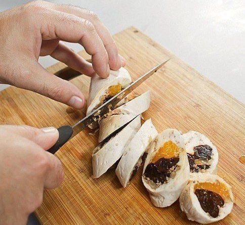Паровой куриный рулет с мандаринами и черносливом.