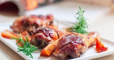 Курица в медово-чесночно-соевом маринаде с красным вином и пряностями.