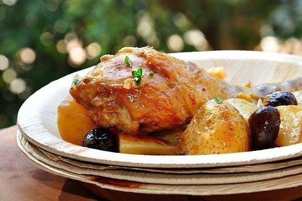 Курица в вине с оливками и молодой картошкой.