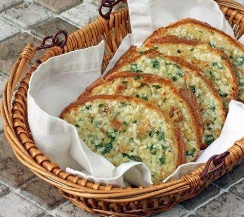 Запеченный хлеб с чесноком.