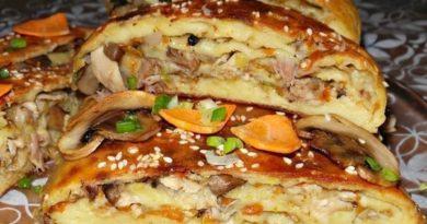 Картофельный рулет с грибами и курицей.