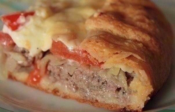 Открытый мясной пирог с картофельным тестом.