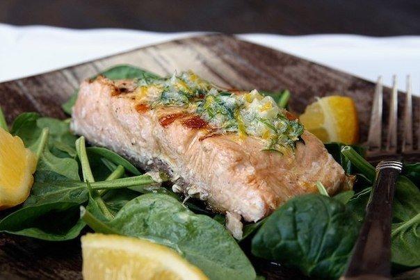 Жаренный лосось с пряным маслом и лимоном.
