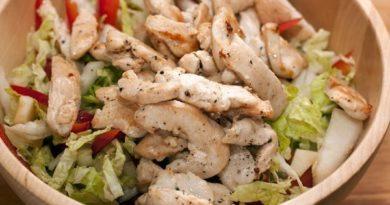 Салат с куриной грудкой.