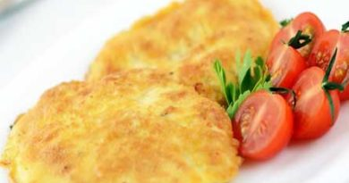Куриное филе в сырной корочке с томатным соусом.