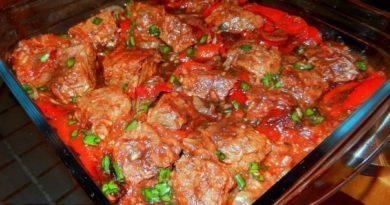 Голубцы в духовке в томатно-сметанном соусе.