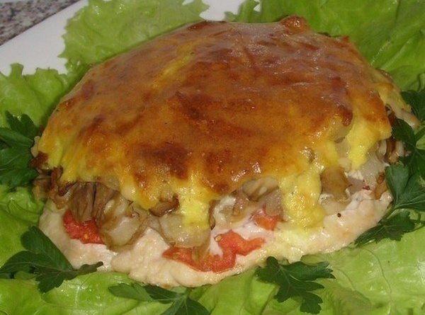 Мясо с грибами под нежной, хрустящей корочкой.