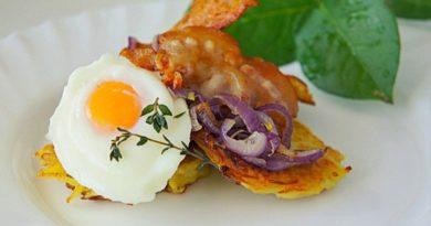 Драники с беконом и яйцом.