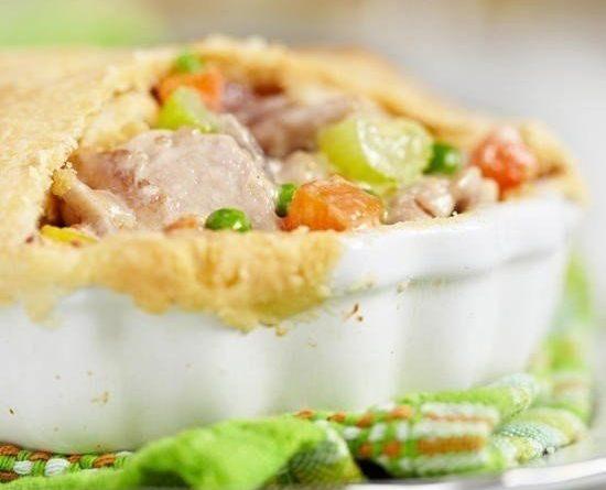 Куриный пирог с овощной смесью.