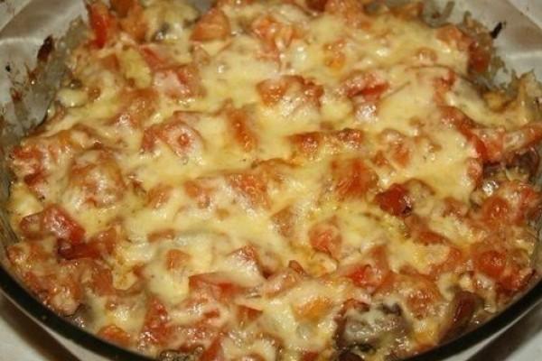 Куриная печень с помидорами и сыром.