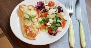 Курица под помидорами и сыром.