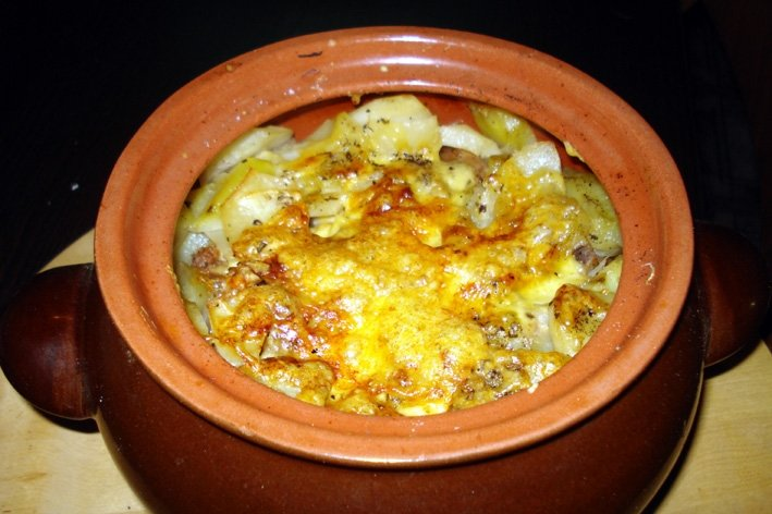 Мясо в горшочке с картофелем и сыром.