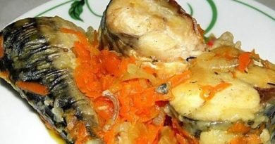 Тушеная скумбрия с луком и морковью.