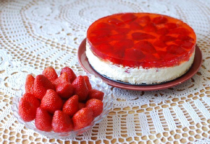Клубнично-творожный торт без выпечки.