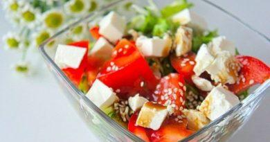 Овощной салат с сыром фета.