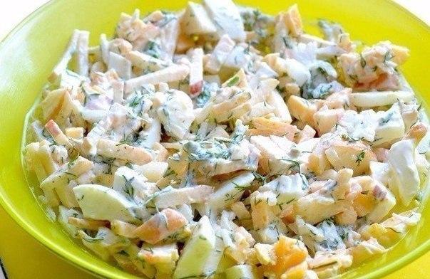 Диетический салат с яблоком и сыром.