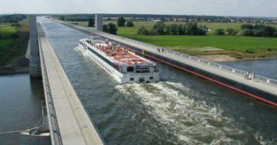 Река над рекой в Германии.