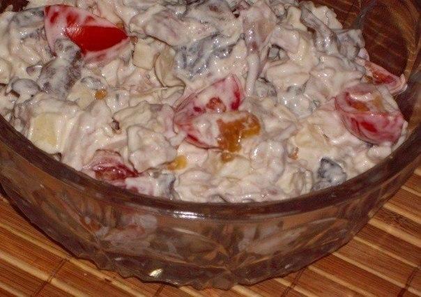 Салат с курицей, сыром, грибами и помидорами.