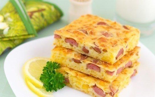 Пирог с сыром и сосисками на завтрак.