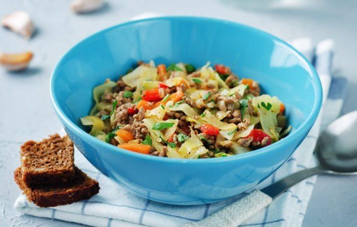 Рагу из капусты с фаршем и овощами.