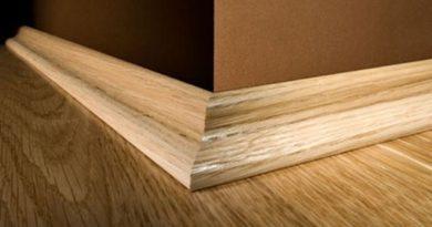 Установка деревянных плинтусов.