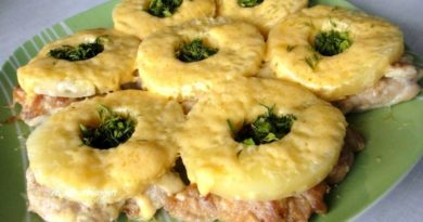 Куриные отбивные с ананасом и сыром.