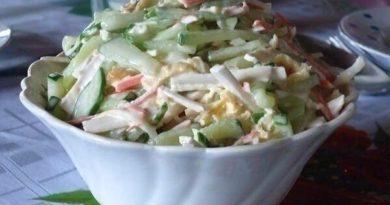Салат с сыром сулугуни и крабовыми палочками.