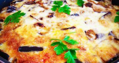 Запеканка из баклажанов с сыром, помидорами и курицей.