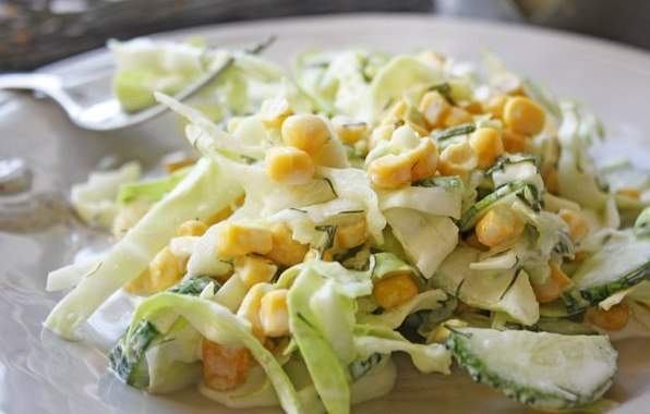 Салат с капустой, огурцами и кукурузой.