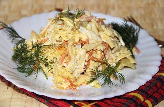 Салат с копченым сыром.