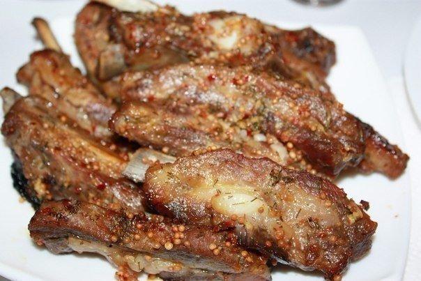 Вкусные свиные ребрышки в пикантном соусе.