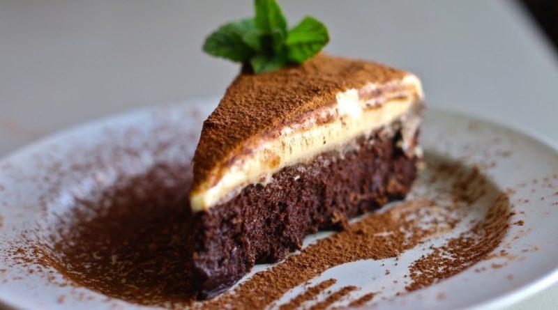 Трюфельный торт с муссом из белого шоколада.