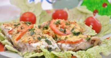 Рыбка с сыром и помидорами.
