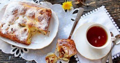 Творожный пирог с грушами и орехами.