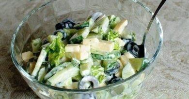 Огуречный салат с маслинами и сыром.