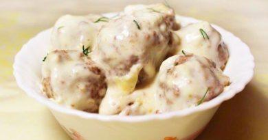 Клёцки (кнели) из филе курицы в сметанном соусе.