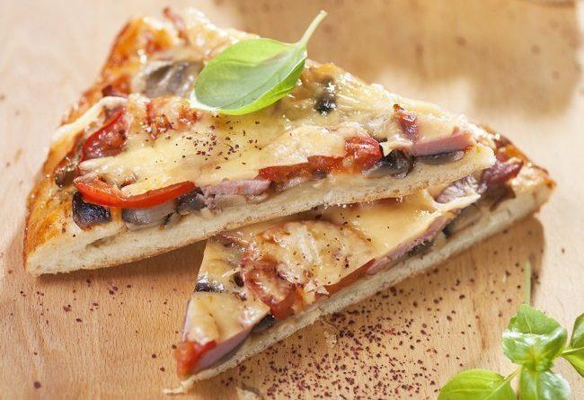 Пицца с ветчиной и грибами.