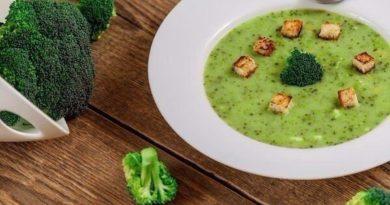Суп–пюре из брокколи с гренками.