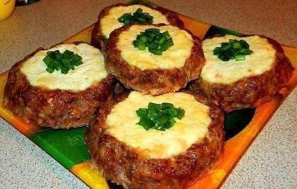 """Мясные """"ватрушки"""" - быстрый ужин."""