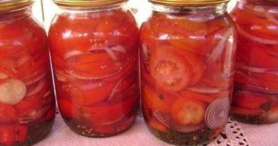 Сладкие помидоры с красным луком.