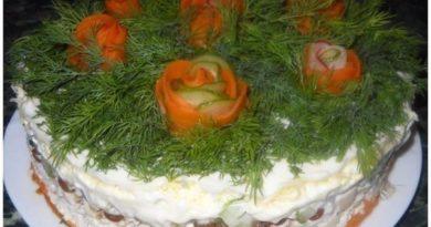 Слоёный салат с курицей, изюмом и грецкими орехами.