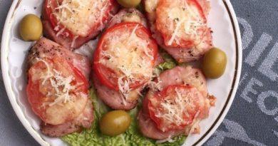 Индейка, запеченная под сыром с помидорами.