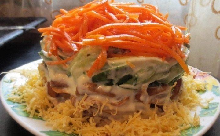 Сытный салат с корейской морковью и грибами.