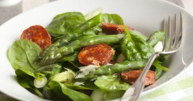 Салат с говяжьим языком и зеленым горошком.